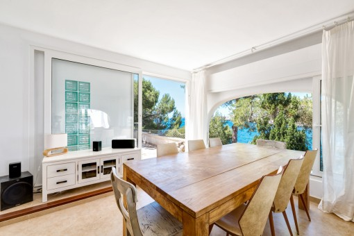 Light-flooded dining area with terrace access