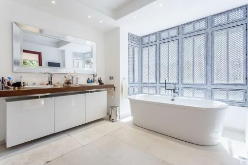Big bathtub and special windows