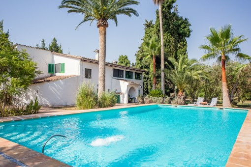 A life under palm trees! Finca in a beautiful location with a large pool and its own water source near Sencelles