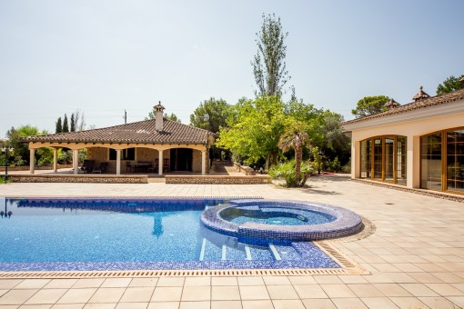 Villa with pool on a large plot in a quiet location in the urbanization of Son Ametler
