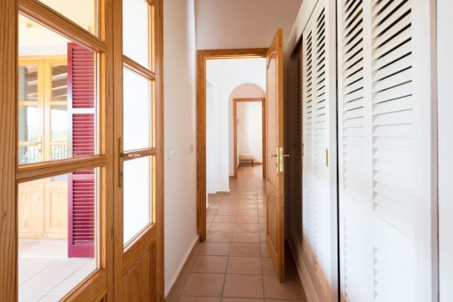 Corredor with built-in wardrobes