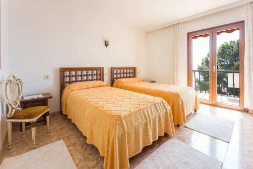 Bedroom with 2 single beds and direct access on the balcony