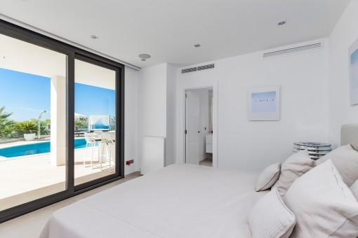 Tasteful bedroom with bathroom en suite