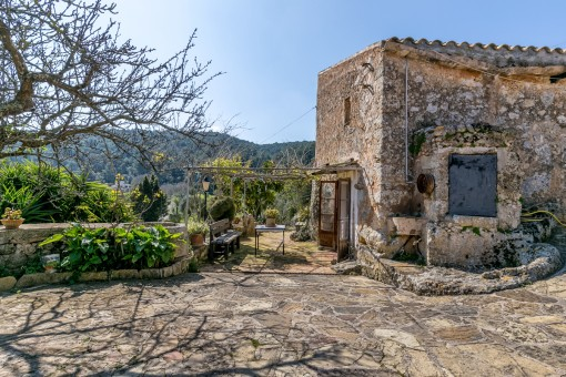 Mallorcan house with a lot of history and possibilities to expand in a very special location in Santa Eugenia