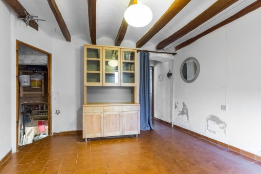 Living area with access to the celler