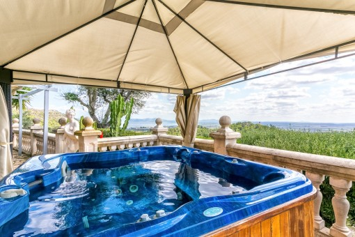 Jacuzzi with fantastic views