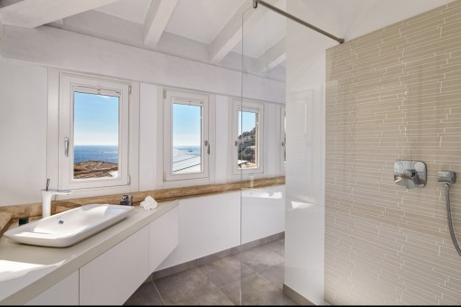 Large bathroom en suite with shower and sea view