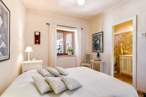 Friendly double bedroom with bathroom en suite
