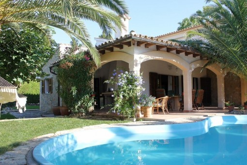 Villa in a desirable location with great privacy and a well-kept Mediterranean garden with pool