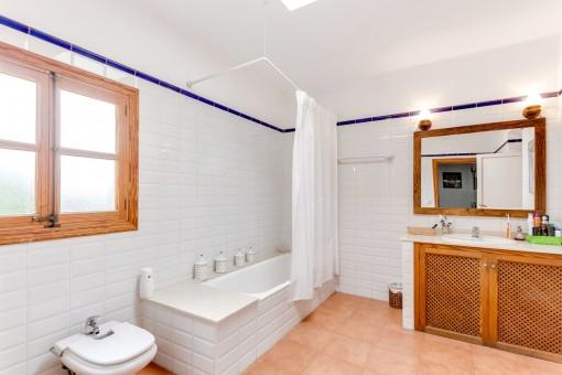 Bathroom en suite with bathtub