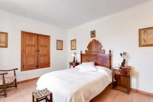 Traditional double-bedroom