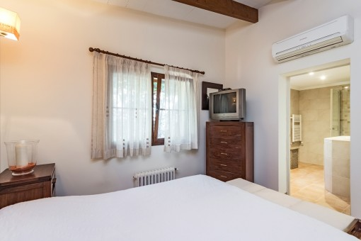 Bedroom with air conditioing and bathroom en suite