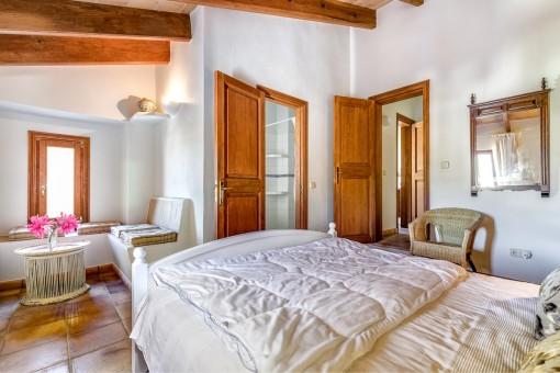 The bedroom offers a bathroom en suite
