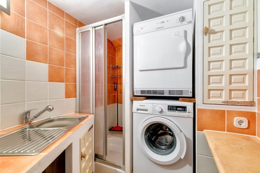 Utility room with shower on the ground floor