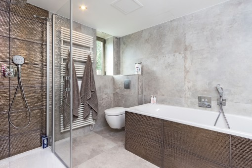 Bathroom of the master bedroom with shower and bathtub