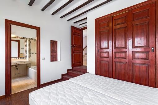 Bright double bedroom with built-in wardrobe and bathroom en suite