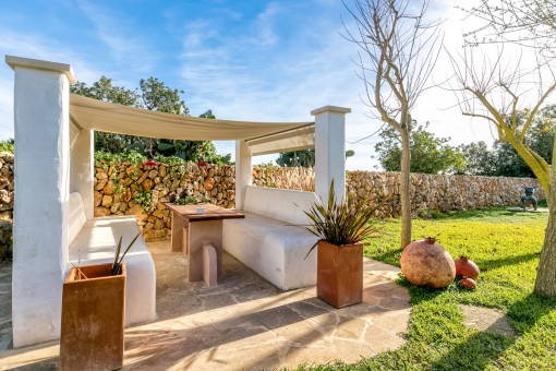 The large garden offers different seating possibilities