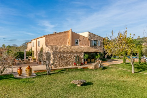 The finca stands on a plot of 4.000 sqm