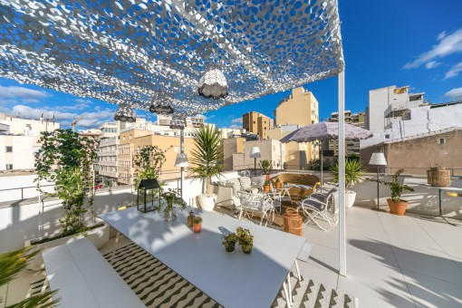 The roof terrace offers various sunshades
