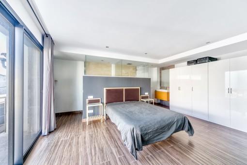 Spacious master bedroom with bathroom en suite