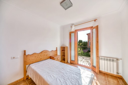 Friendly single bedroom with balcony access