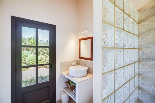 Bathroom with access from the outside
