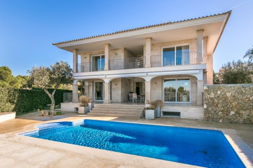 Villa on the first sea line in a desirable location in Son Veri Nou
