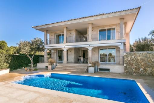 Villa on the first sea line in a desirable location in Son Veri Nou