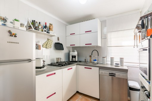 Fully equipped kitchen with gas cooker