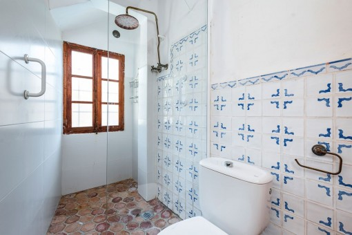 Shower-bathroom with mallorcan tiles