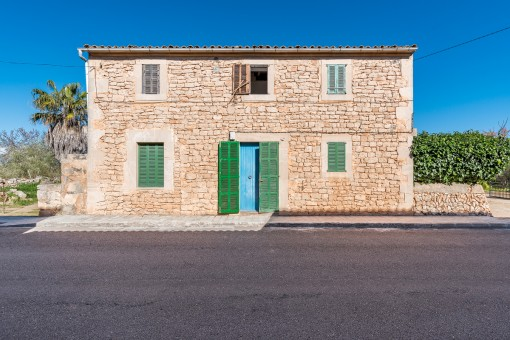 Detached townhouse for renovation at the edge of Es Llombards