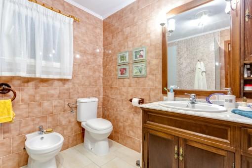 Large bathroom with washbasin