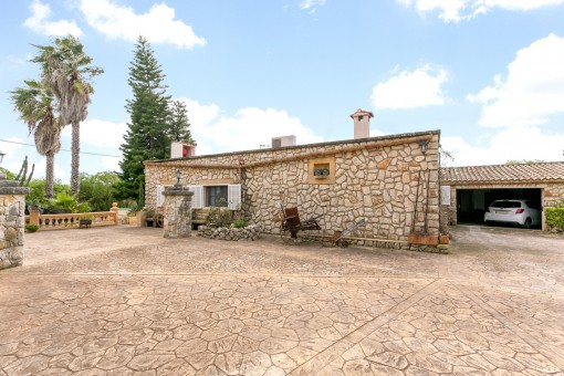 The mediterranen house offers also a garage