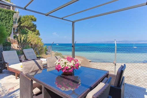 Exclusive villa right on the beach with a separate apartment in Son Veri Nou