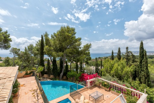 The villa offers impressive panoramic sea views