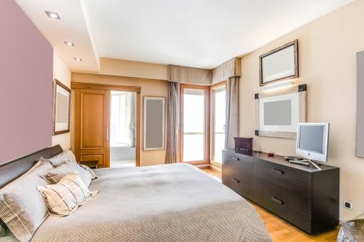 Comfortable double-bedroom with bathroom en suite