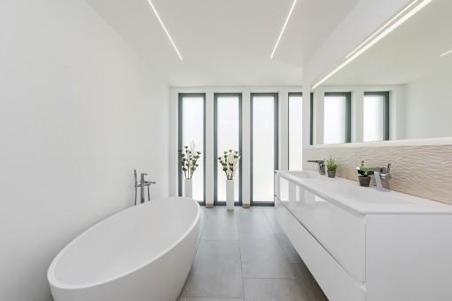 Main bathroom with bath tub