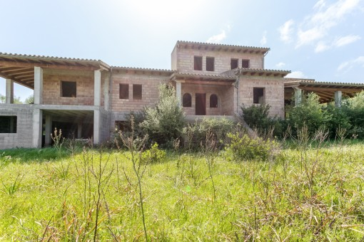 Partly-built Finca requiring completion with panoramic views and the possibility to build a pool in Llubi