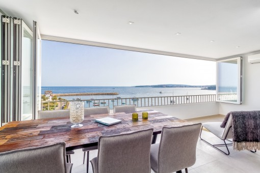 A first sea-line apartment in an incomparable location in Portals Nous
