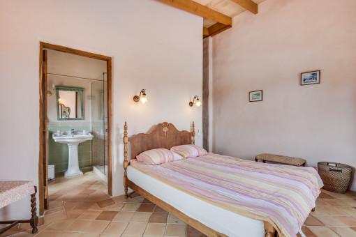 The bedroom provides a bathroom en suite
