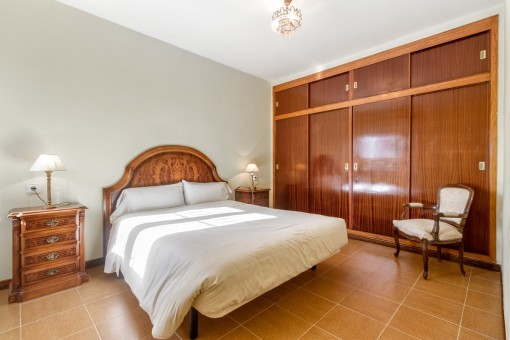 Double-bedroom with ample built-in wardrobe