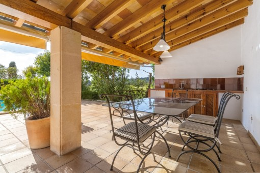 Covered terrace with dining area and summer kitchen
