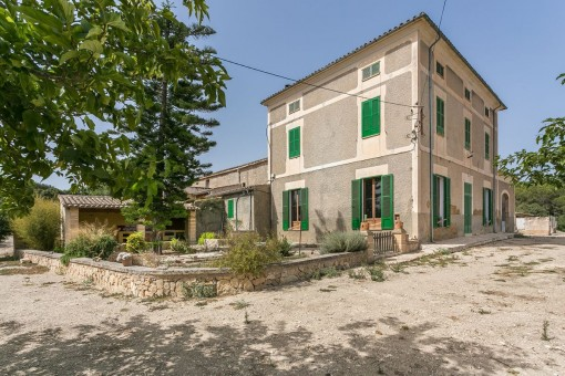 Spacious property near to Manacor with an elegant, 20th century manor house, diverse stone buildings and its own pine forest