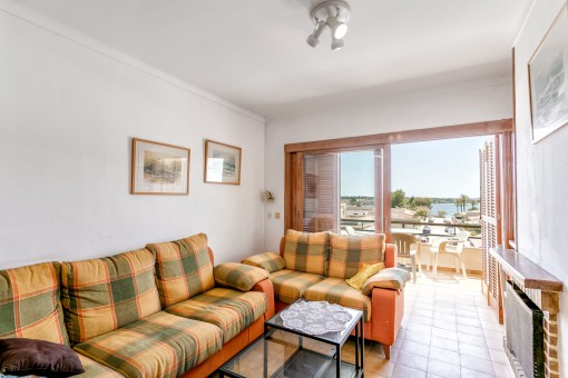 Living area with sea views and access to the balcony