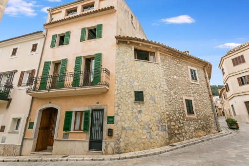 Large charming village house in Mancor de la Vall with 2 possible residential units and a roof terrace of approx. 60 sqm