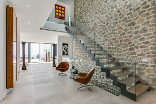 Impressive entrance area with natural stone wall