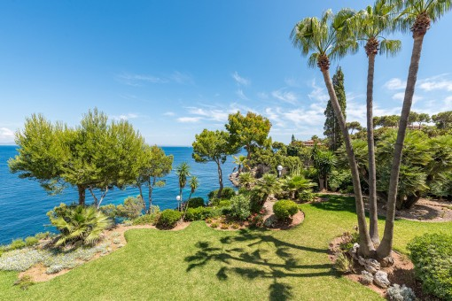 Apartment requiring renovation on the first sea line with wonderful views in Cala Vinyas