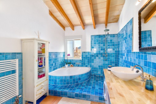 Wonderful en suite bathroom with blue tiles