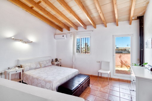 Very bright double-bedroom with terrace