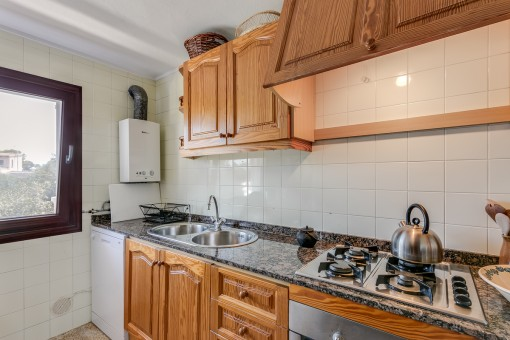 Fully equipped kitchen with marble worktop